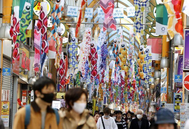 Crowds still flocking to shopping arcades amid virus outbreak