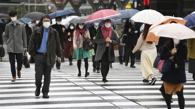 Wearing face masks, many go to work despite Abe's call for telework